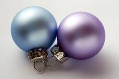 Um lilac e uns baubles azuis do Natal Imagens de Stock
