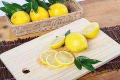 Um limão cortado no ambiente limpo Fotos de Stock Royalty Free