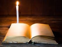 Um livro aberto com páginas vazias encontra-se em uma tabela de madeira Fotografia de Stock