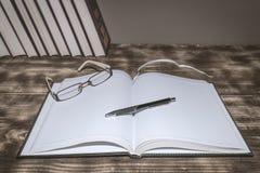 Um livro aberto na tabela fotografia de stock