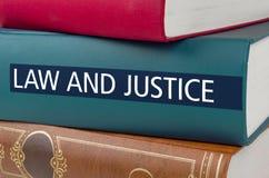 Um livro com a lei e a justiça do título imagens de stock royalty free