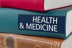 Um livro com a saúde e a medicina do título fotografia de stock