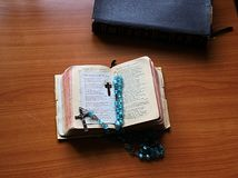 Um livro de oração usado poço, para fornecer a calma e a felicidade fotos de stock royalty free