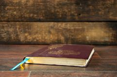 Um livro fechado em uma tabela de madeira A Bíblia no fundo de madeira fotos de stock