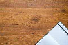 Um livro velho do curso sobre o fundo de madeira Imagem de Stock