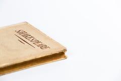 Um livro velho por Shakespeare no fundo branco Imagens de Stock Royalty Free