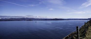 Um Loch com as montanhas na distância - montanhas escocesas fotos de stock royalty free
