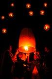 UM LOEI, TAILÂNDIA EM DEZEMBRO DE 2009: a família está fazendo sobe o Yeepeng Imagem de Stock