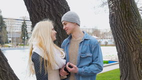 Um louro bonito e seu noivo estão falando em uma data video estoque