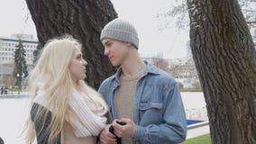 Um louro bonito e seu noivo estão falando em uma data Movimento lento vídeos de arquivo