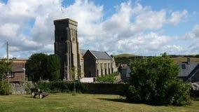 Um lugar calmo a sentar-se negligenciando uma igreja inglesa Fotos de Stock