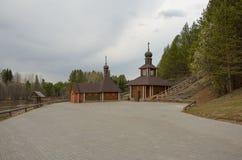 Um lugar para a ablução perto do templo no banco de rio Fotos de Stock Royalty Free