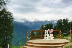 Um lugar para fotos das montanhas no fundo e na inscrição Foto de Stock