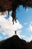 Um luminoso do homem na entrada da caverna de Dogub, ilha de Socotra, Iémen, 4x4 excursão, alegria, felicidade, liberdade Imagem de Stock Royalty Free