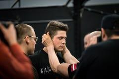 Um lutador letão do braço que obtém o apoio pelo treinador imagem de stock