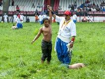 Um lutador novo é concedido a vitória no festival turco da luta romana do óleo de Kirkpinar em Edirne em Turquia Foto de Stock Royalty Free
