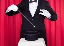 Um mágico em um terno preto Fotos de Stock