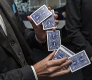 Um mágico que joga com cartão Imagem de Stock Royalty Free