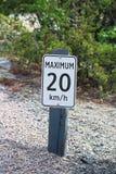 Um máximo 20 quilômetros pelo sinal da hora ao longo de uma estrada do cascalho Fotografia de Stock Royalty Free