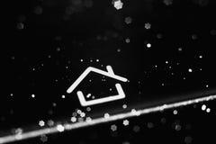 Um móbil preto com casa do botão com profundidade de campo rasa Imagens de Stock Royalty Free