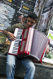 Um músico aciganado que joga em Istiklal Caddesi em Istambul, Turquia Imagens de Stock