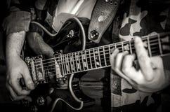 Um músico com uma guitarra imagem de stock royalty free