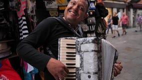 Um músico da rua está jogando o acordeão vídeos de arquivo