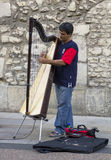 Um músico da rua joga a harpa na rua larga, Oxford, Engla foto de stock royalty free