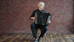Um músico do albino com um acordeão filme