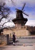 Um músico e um moinho de vento em Sanssouci estacionam Foto de Stock Royalty Free