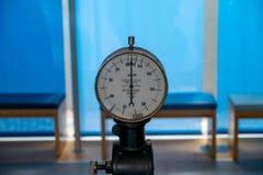 Um manômetro mede a pressão de água fotografia de stock royalty free