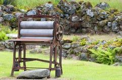 Um mangle velho da lavanderia do ferro Fotos de Stock