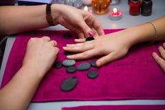 Um tratamento de mãos está em um salão de beleza imagem de stock royalty free