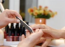 Um manicure está em um salão de beleza de beleza Imagens de Stock