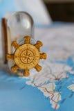 Um mapa e uma garrafa Fotos de Stock Royalty Free