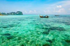 Um mar claro de turquesa no mar de Andaman da ilha de Phi Phi em K Foto de Stock Royalty Free