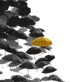 Um mar do guarda-chuva preto mas da uma posição amarela para fora Imagem de Stock