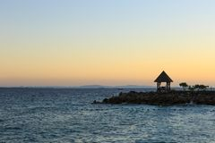 Um mar próximo do pavilhão Fotos de Stock Royalty Free