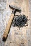 Um martelo e um prego Fotografia de Stock Royalty Free