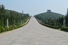 Um mausoléu imperial e dois imperadores imagens de stock