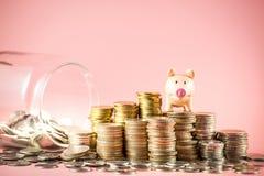 Um mealheiro que empilha na pilha das moedas com vidro do frasco para o conceito de salvamento do dinheiro ou do planeamento empr fotografia de stock