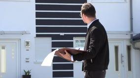 Um mediador imobiliário está esperando um cliente