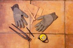Um medidor com uma pena para medir a telha no assoalho Fotos de Stock Royalty Free