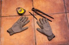 Um medidor com uma pena para medir a telha no assoalho Imagem de Stock Royalty Free