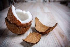 Um meio do coco no fim peludo do shell acima fotos de stock