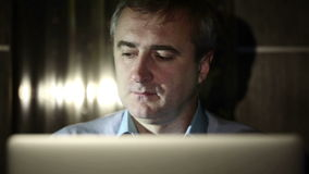 Um meio envelheceu o homem que trabalha em um computador no laboratório vídeos de arquivo