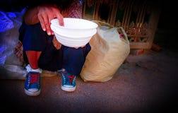 Um mendigo com uma bacia Foto de Stock