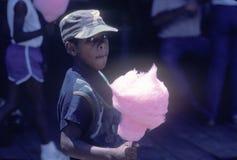 Um menino afro-americano que come o algodão doce, Natchez, MI fotografia de stock