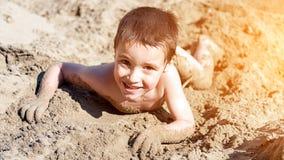 Um menino alegre pequeno foto de stock