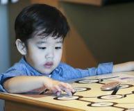 Um menino aprende sobre Potatos no museu do ` s das crianças da descoberta, L fotos de stock